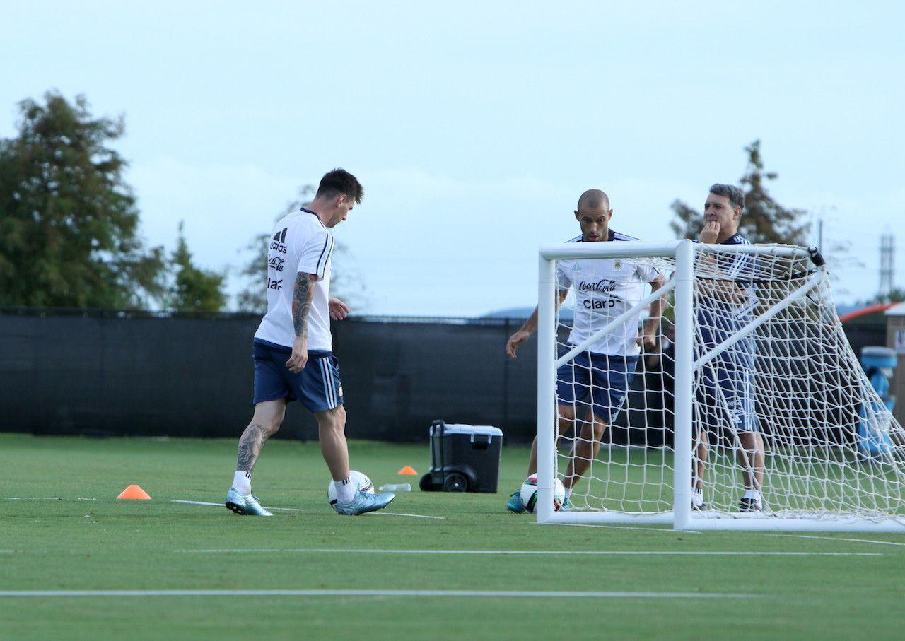 Arco chico. Messi y Mascherano trabajan en la práctica albiceleste