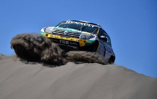 Una postal de la competencia. Emiliano Spataro y su Duster Dakar.
