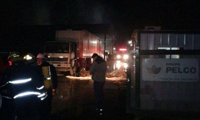 El fuego fue combatido por varias dotaciones de bomberos que trabajaron en medio de inflamables.