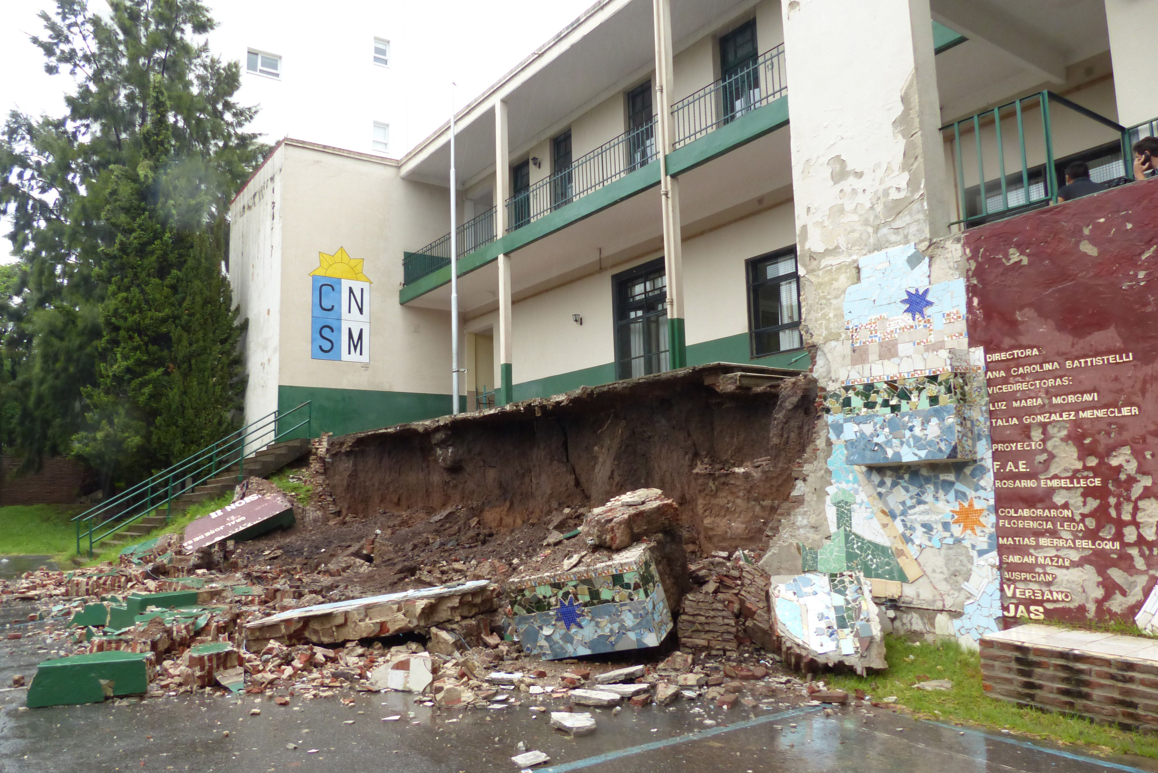El derrumbe ocurrió el viernes pasado. No hubo lesionados. Ese día comenzaban a tomar exámenes el centenario edificio. (Foto La Capital/A. Amaya)