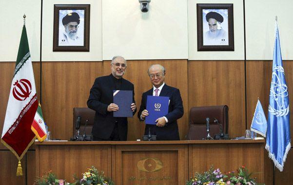 Acuerdo. El jefe de la agencia nuclear iraní (izq.) Ali Akbar Salehi
