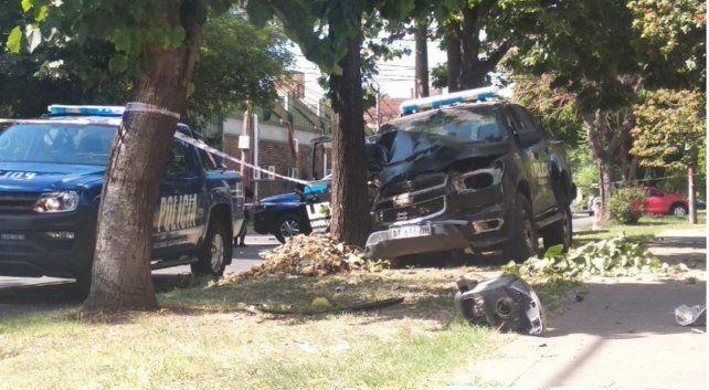 Un patrullero y un taxi terminaron destrozados tras chocar en barrio Cura