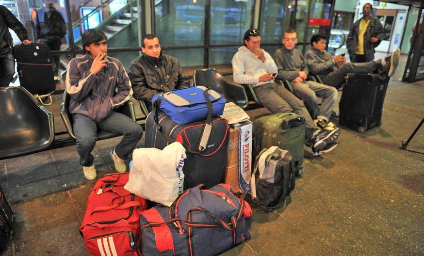 Buenos Aires. Los pasajeros de Retiro que optaron por quedarse en la terminal luego lograron emprender el viaje.