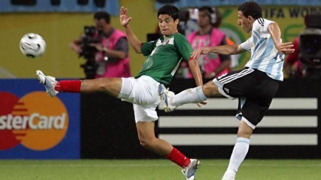 La pelota ya salió del pie izquierdo de la Fiera y se meterá en el segundo palo del arco azteca.