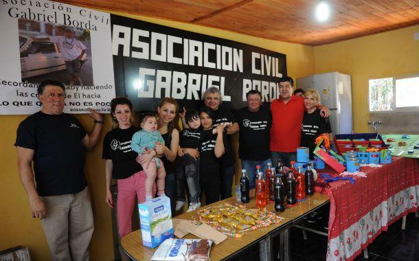 """Los integrantes de la Asociación Civil Gabriel Borda posan orgullosos con las remeras en las que estamparon la frase que los identifica: """"Lo que queda no es poco""""."""