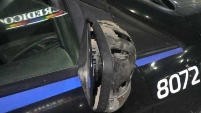 Una oficial herida y daños a un móvil policial tras la agresión de jóvenes que estaban en una fiesta clandestina.