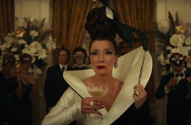 La baronesa Von Hellman, una destacada diseñadara encarnada por Emma Thompson, impulsa el salto de Stella hacia el lado oscuro de la vida hasta convertirse en Cruella.