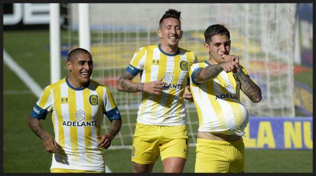 Ávila celebró con la pelota bajo la camiseta! Zabala y Martínez lo acompañan.