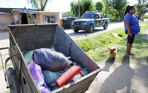Amigos de la familia Ferreyra ayudaron ayer a hacer la mudanza en Nuevo Alberdi bajo la mirada de una custodia policial. (Foto: F. Guillén)