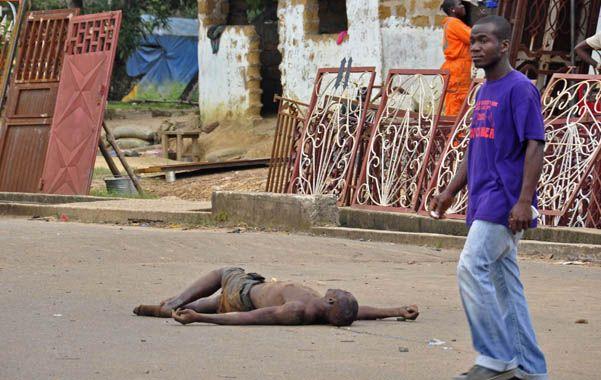 Familiares de víctimas del ébola en Liberia desafiaban las órdenes de cuarentena del gobierno y dejaban cadáveres infectados en las calles.