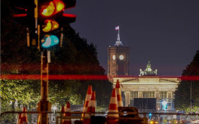 Semáforos en intermitente conducen a la Puerta de Brandenburgo en Berlín, Alemania, el lunes 27 de septiembre de 2021, un día después de las elecciones alemanas.