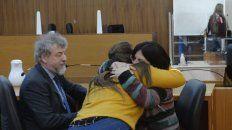 Emoción. La mamá de la víctima (pullover rayado) se abraza con los abogados tras escuchar el fallo condenatorio.