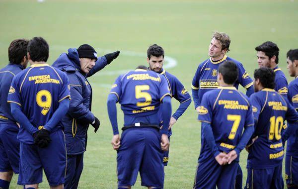 Los jugadores canallas escuchan atentamente las indicaciones de Miguel Russo.