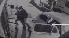 Las imágenes de video muestran cómo uno de los delincuentes ingresa a la vivienda con fines de robo.