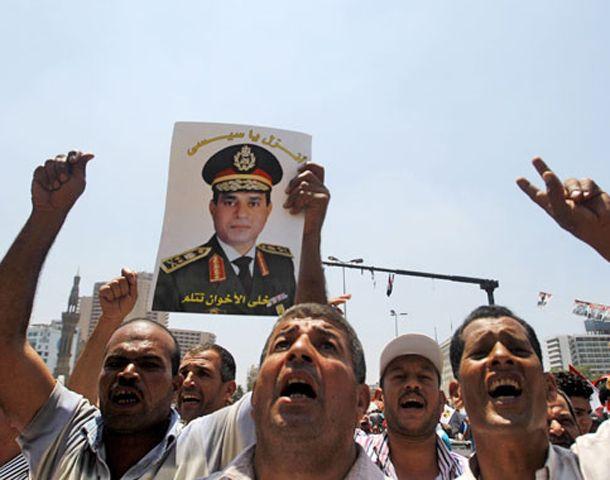 Contramarcha. Egipcios portan una foto del jefe de las fuerzas armadas.