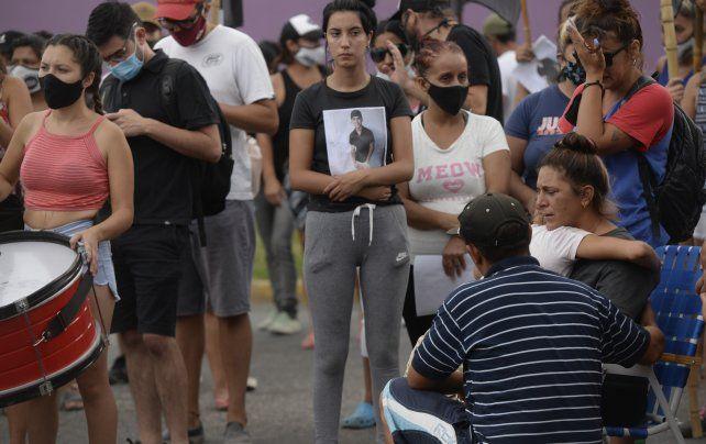 La tarde del lunes familiares y allegados a Mariano reclamaron el esclarecimiento del hecho.
