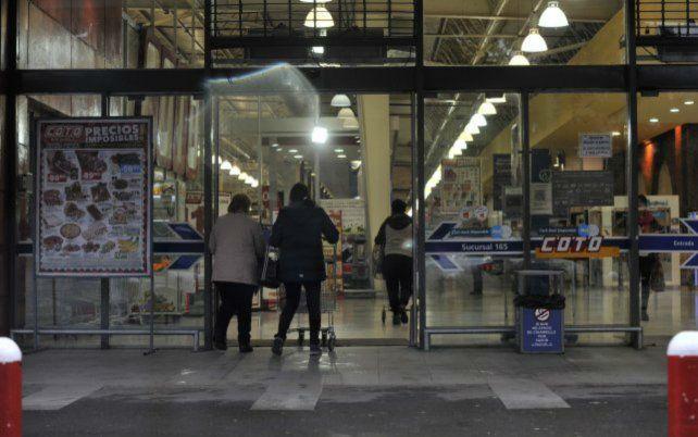 Las grandes cadenas de supermercados habilitadas por la Justicia podrán abrir sin recibir suspensiones.