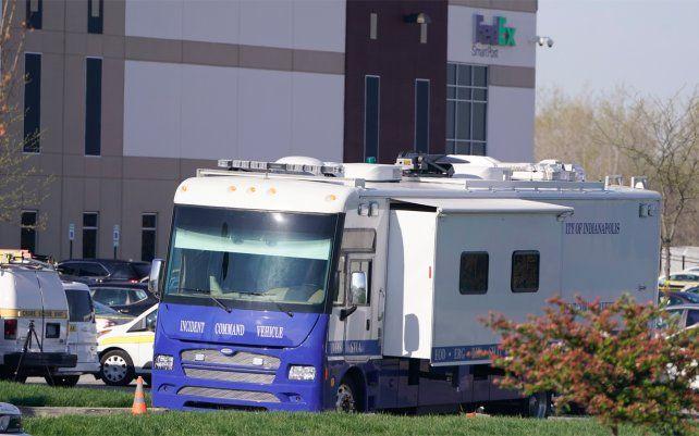 Los testigos escucharon varios disparos en una instalación de la empresa postal FedEx y uno dijo que había visto a un hombre disparar un arma automática.