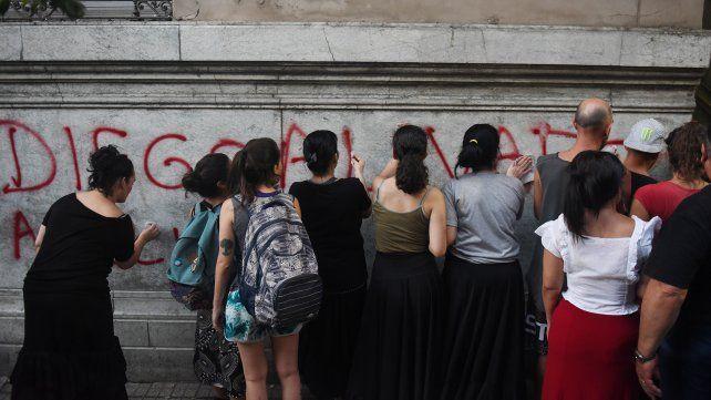 Familiares de detenidos por el caso Casco limpian pintadas alusivas a los acusados.