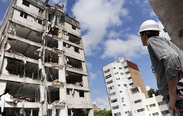Impactante. Uno de los encargados de las tareas de demolición observa el estado en que quedó una de las torres del edificio que explotó el 6 de agosto tras desatarse una fuga de gas. (Foto: F. Guillén)