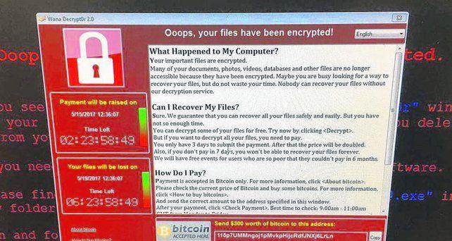 atacado. La pantalla que presenta una computadora atacada por el ramsomware. Pide 300 euros en bitcoins para devolver los archivos.