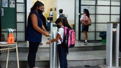 Las clases presenciales volvieron este mes y aún medidas sanitarias, dos de cada 10 escuelas tiene casos positivos.