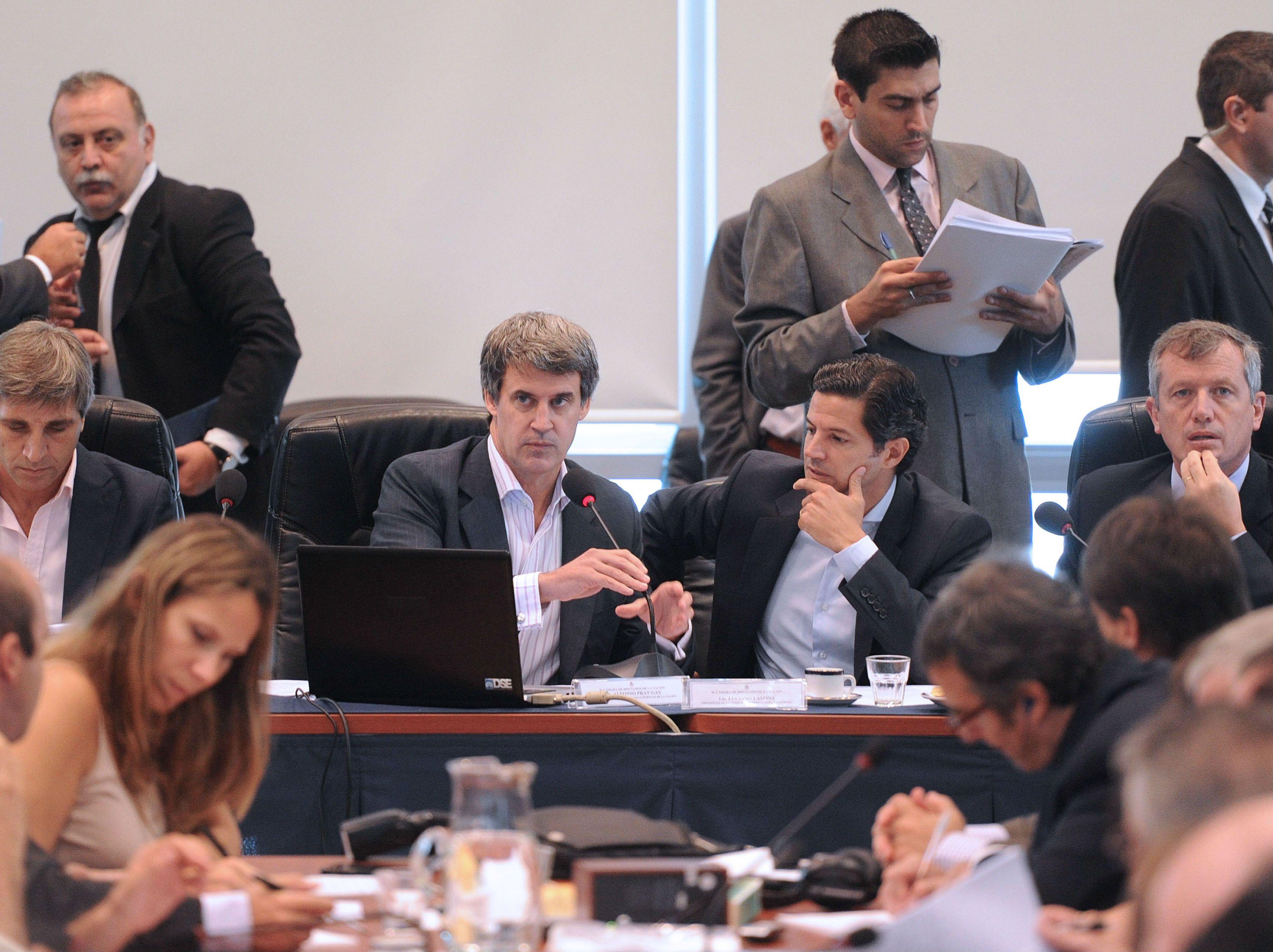 El ministro Prat Gay expuso en la comisión de la Cámara de Diputados y se cruzó con kicillof.