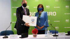 Miradas al sur.El gobernador Omar Perotti y su par rionegrina Arabela Carreras firmaron un acuerdo en colaboración con el Invap, en Bariloche, la semana pasada.