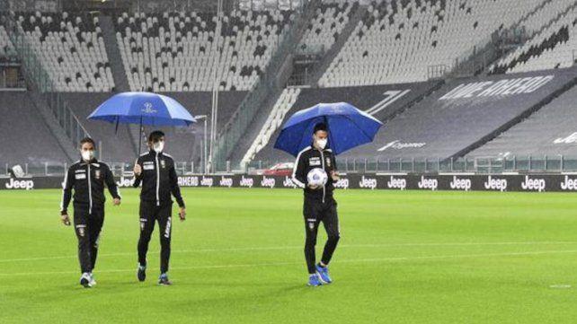 Los arbitros inspeccionaron el campo de juego de la Juve