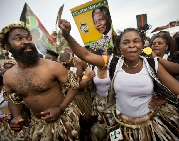 Duelo nacional. Danzas típicas sudafricanas en las calles de Soweto para despedir al padre de la patria.