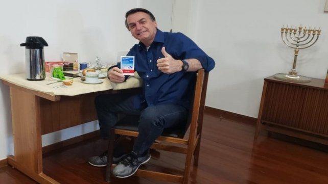Tudo bem. Bolsonaro mostró un paquete de hidroxicloroquina.
