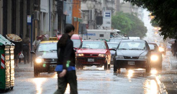 Sigue lloviendo en la ciudad y continúa vigente el alerta meteorológico