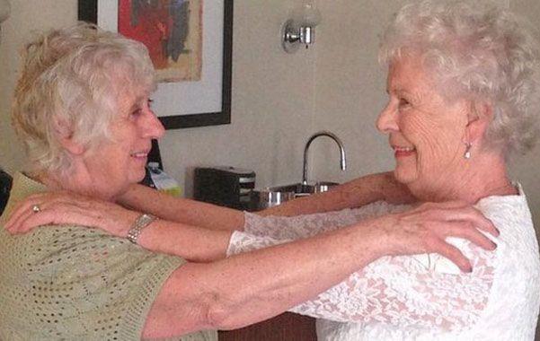 Emoción. Ann (izquierda) y Elizabeth ayer en la casa de la primera