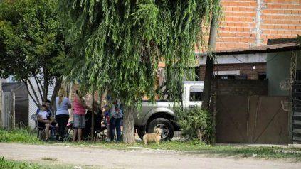 La familia de la víctima en la casa donde vivía Marisa Molina ubicada en Paraguay al 500 bis de Villa Gobernador Gálvez.