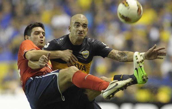 Pie a pie. Galeano y Silva disputan la pelota. Hubo lucha y goles en la noche de La Bombonera.