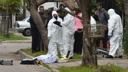 Horror. El joven cayó muerto cuando ingresó a su casa para pedir ayuda.