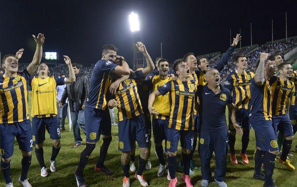 Pura felicidad. El  racimo de jugadores canallas festeja con los hinchas en el estadio salteño el pase a la final.