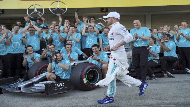 Todos felices. Botta llega al trote al box para celebrar el campeonato de constructores.