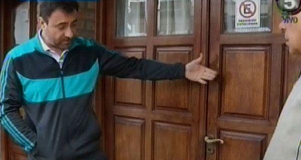 Chocaron la puerta con una moto, la rompieron y entraron a una casa a robar