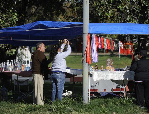 Los vendedores ambulantes también se preparan en un día muy especial.