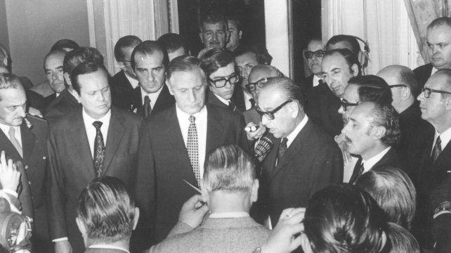 Juramento al empresario Alberto Gollán como intendente en el Palacio Municipal el 18 de mayo de 1971.