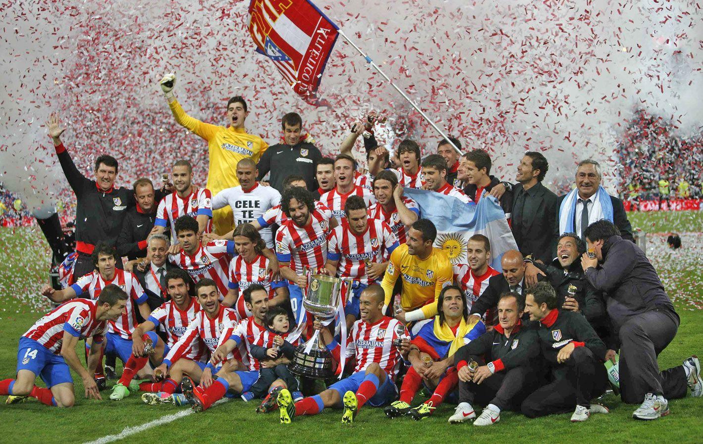 Fiesta colchonera. Los jugadores y el cuerpo técnico del equipo madrileño celebran en el Santiago Bernabéu la conquista de su décima Copa del Rey.