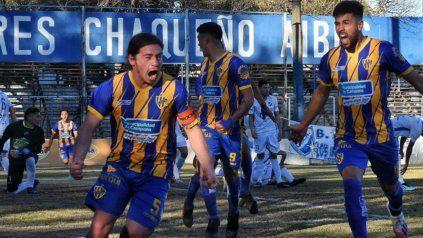 Gol y empate.El capitán Redondo venció a Silva y sale a festejar la igualdad de Puerto Nuevo.