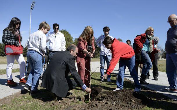 Los padres de Antonella plantan el árbol de manera simbólica en la Plaza de la Donación.