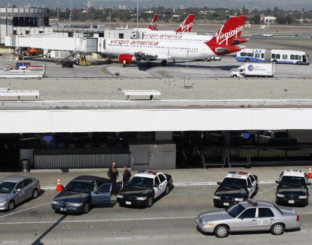 Letal ataque. La terminal aérea de Los Angeles volvió ayer a operar.