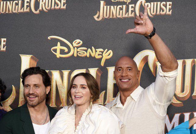 Edgar Ramírez junto a Dwayne Johnson y Emily Blunt, en la premiere mundial del filme.