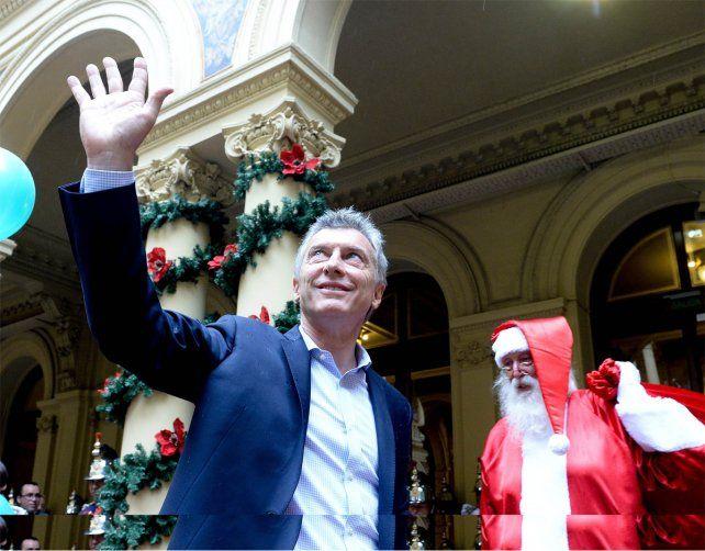 El presidente Macri encabezó un brindis con empleados en la Casa Rosada.