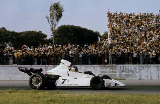 La tremenda frustración del GP argentino del 74. Era su primer triunfo en F-1 pero se quedó sin nafta faltando una vuelta. La toma dinámica arriba del cockpit está caída, pero esa no fue la causa, al contrario.