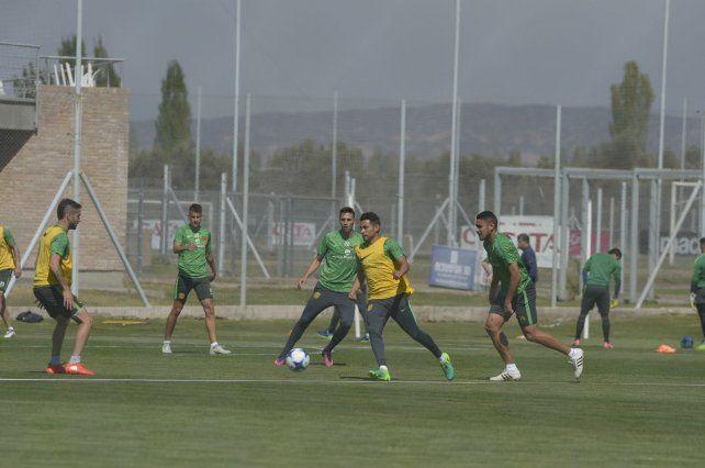 Un poco de fútbol. Los jugadores que no tuvieron minutos en cancha en el partido ante Boca trabajaron con pelota en espacios reducidos