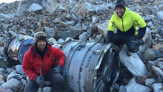 Tipos capaces. Dan Futrell e Isaac Stoner posan junto a la turbina de la nave siniestrada. También hallaron restos humanos de algunas de las 29 víctimas.